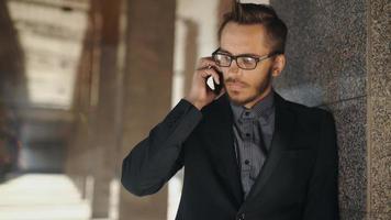 retrato de jovem empresário de sucesso com telefone celular