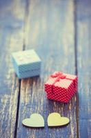 twee harten vormen speelgoed en geschenken op polka dot achtergrond.