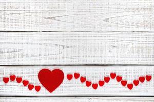 coeurs rouges sur bois blanc