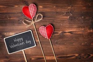 cuori di San Valentino su fondo in legno