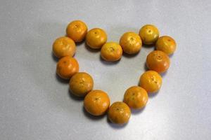corazón de encimera hecho con naranjas