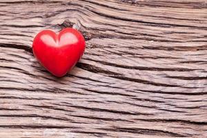 cuore rosso su un tavolo di legno.