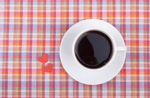 taza de café y dos corazones. foto