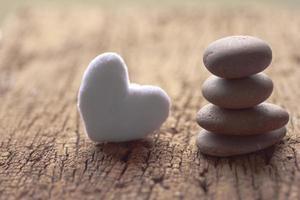 Piedras zen y corazón violeta en madera - imagen de stock foto