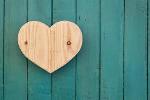 Amour coeur en bois de la Saint-Valentin sur fond peint turquoise