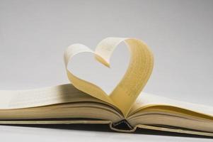 páginas de un libro en forma de corazón foto