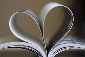 forma de corazón en el libro foto