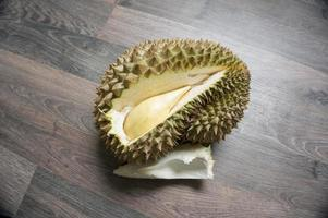 durian monthong en el piso laminado foto
