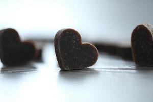 pequeños corazones sobre fondo de madera foto