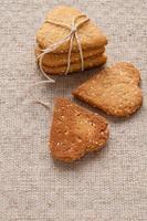 galletas con semillas de sésamo en forma de corazón foto