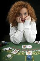 niña jugando a las cartas