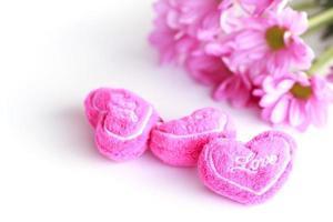 Valentijn hart stof met roze chrysanthemum-stock beeld
