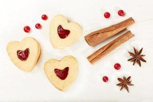 galletas en forma de corazón con mermelada foto