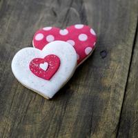 peperkoek hart op rustieke houten achtergrond.