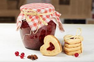 galletas en forma de corazón y tarro de mermelada foto