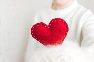 corazón rojo en la mano foto