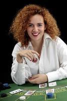 mujer crupier en la mesa verde