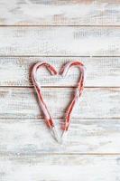 bastones de caramelo en forma de corazón foto