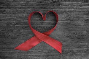 fita vermelha moldando coração