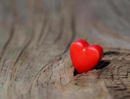 Valentijnsdag achtergrond. harten op houten textuur