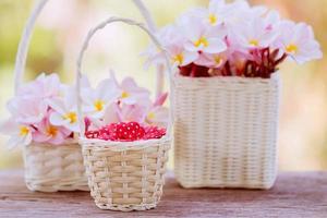 Fondo del día de San Valentín con corazones en la canasta. foto