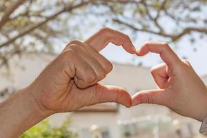 manos en forma de corazon foto