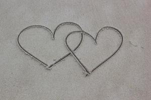 a forma di cuore sulla sabbia