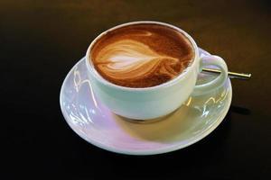 taza de latte con corazones
