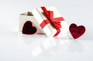 corazones y caja de regalo