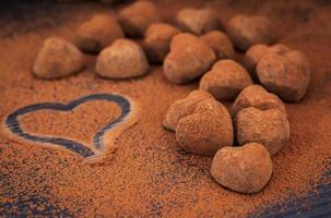 trufas de chocolate en forma de corazón foto