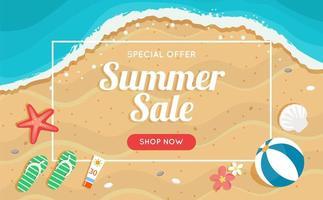 Banner de venta de verano con playa y mar.