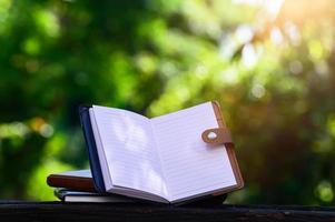 caderno colocado em uma mesa de madeira foto