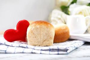pan casero fresco en la mesa blanca foto