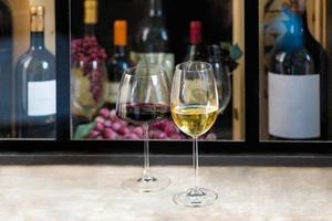 copas de vino tinto y blanco foto
