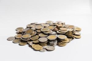monedas sobre fondo blanco.
