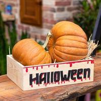 calabazas de halloween en una caja de madera foto