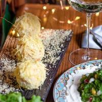bolas de queso en una mesa