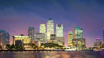 panorama noturno de Canary Wharf.