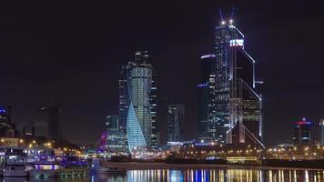 città del centro commerciale internazionale di grattacieli di notte timelapse hyperlapse, mosca, russia