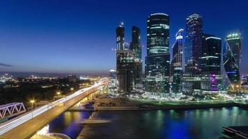 arranha-céus internacionais centro de negócios cidade à noite timelapse, moscou, rússia