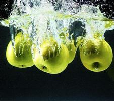 maçãs verdes na água