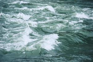água do rio com fluxo turbulento