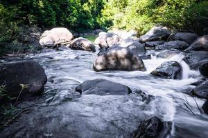 waterval, khaosok thailand stock beeld