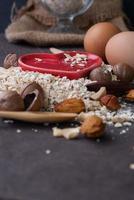 farine d'avoine sèche saine avec noix et coeur rouge
