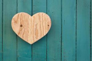 amo il cuore di legno di San Valentino su sfondo turchese dipinto