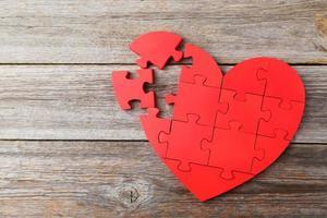 rood puzzel hart op grijze houten achtergrond
