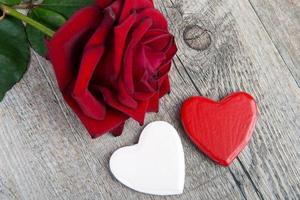 witte en rode harten en roos voor Valentijnsdag