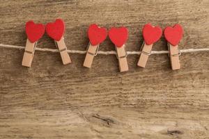 pinos em forma de coração na corda