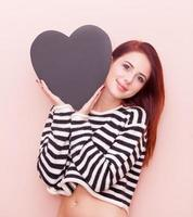 mujer con juguete en forma de corazón foto