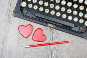 vieja máquina de escribir con corazón de amor